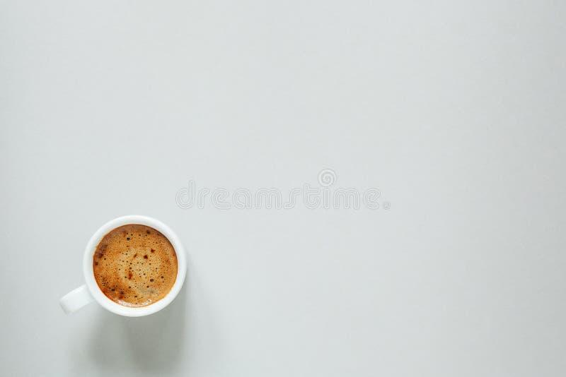 kop van koffie op lichte achtergrond, hoogste mening, exemplaarruimte royalty-vrije stock afbeeldingen