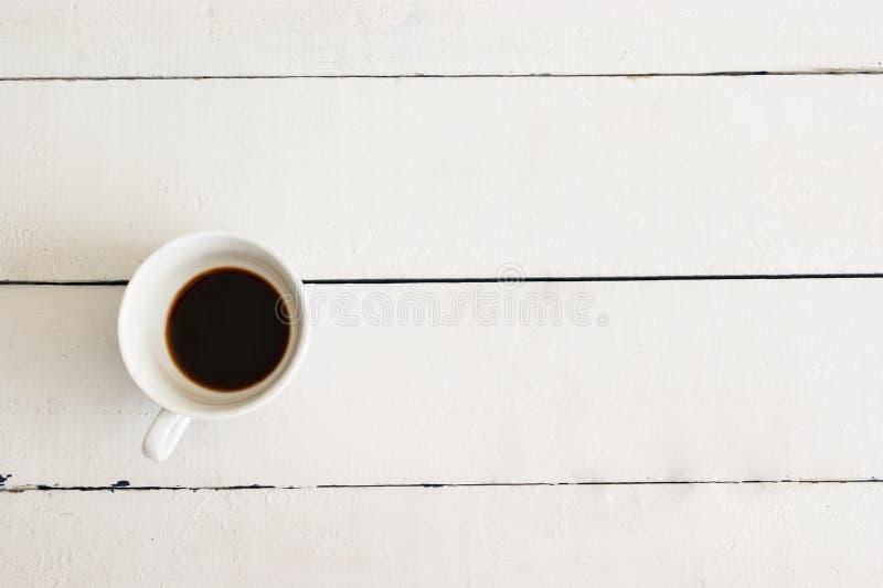 Kop van koffie op witte lijst houten uitstekende achtergrond stock foto's