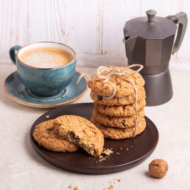 Kop van koffie, stapel havermeelkoekjes, koffiezetapparaat bij de witte houten Eigengemaakte bakkerij als achtergrond royalty-vrije stock afbeeldingen