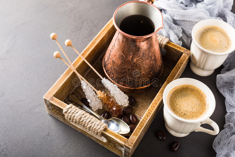 Kop van koffie in uitstekend houten dienblad stock foto's
