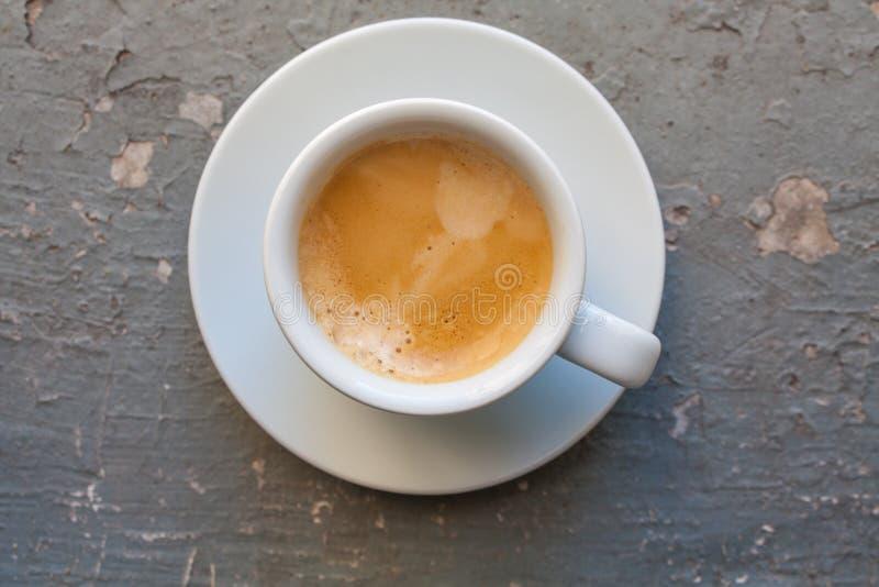 Kop van koffieespresso, hoogste mening op grijze grungeachtergrond stock fotografie