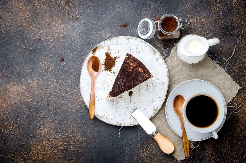 kop van lattekoffie met een stuk van zachte kaas in grondkoffie stock foto