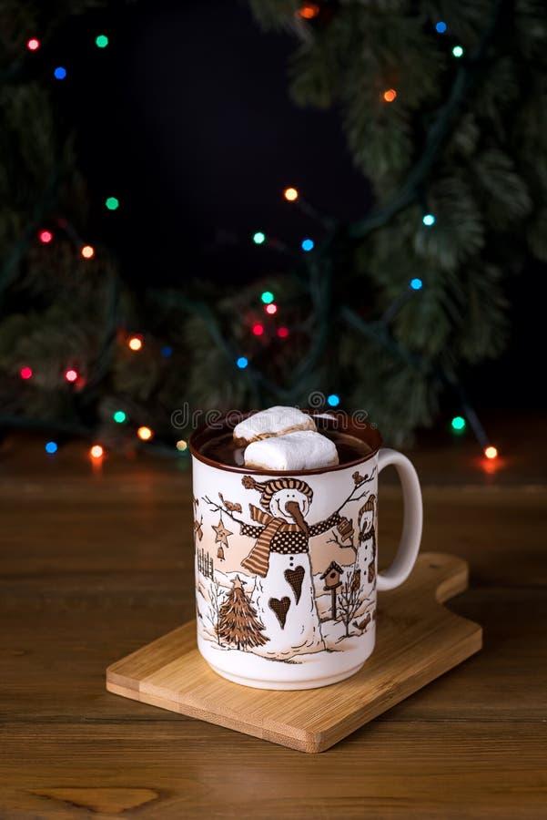 Kop van Smakelijke Hete Chocoladedrank met Heemst en Room op Houten van het de Vakantieconcept van de Achtergrond de Wintertijd V royalty-vrije stock foto's