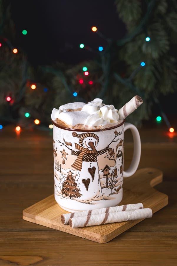 Kop van Smakelijke Hete Chocoladedrank met Heemst en Room op Houten van het de Vakantieconcept van de Achtergrond de Wintertijd V stock afbeelding