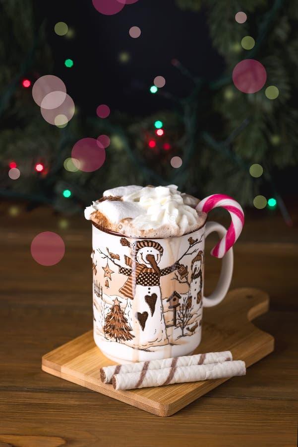 Kop van Smakelijke Hete Chocoladedrank met Heemst en Room op Houten van het de Vakantieconcept van de Achtergrond de Wintertijd V royalty-vrije stock afbeeldingen