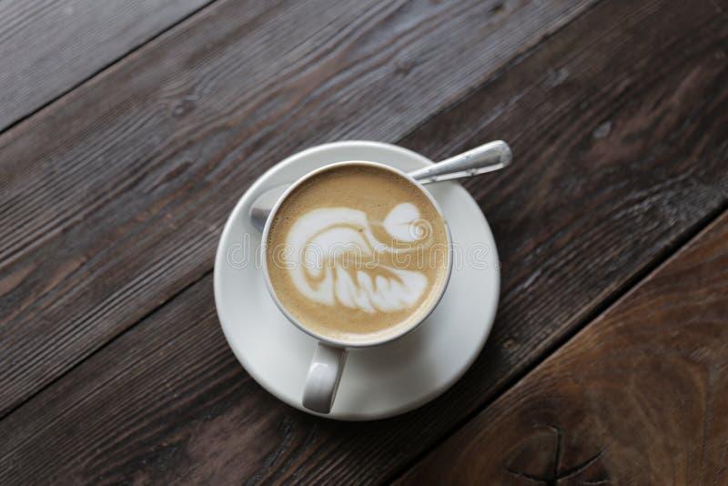 Kop van smakelijke latte op houten lijst royalty-vrije stock foto's