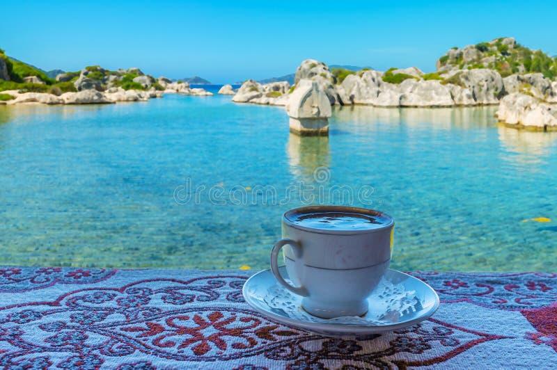 Kop van Turkse koffie op kust van Kekova-Baai, Kalekoy, Turkije stock afbeeldingen