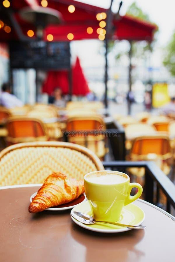 Kop van verse hete koffie en traditioneel Frans croissant stock foto's
