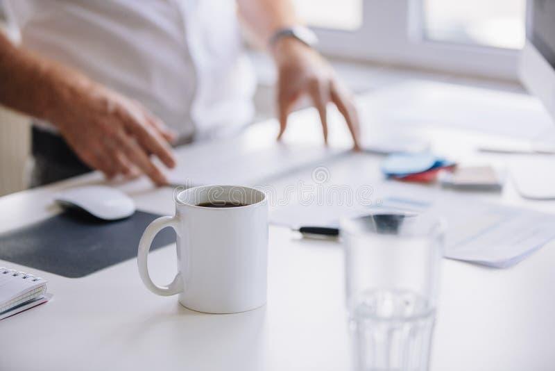 Kop van verse koffie op het werkbureau royalty-vrije stock afbeelding