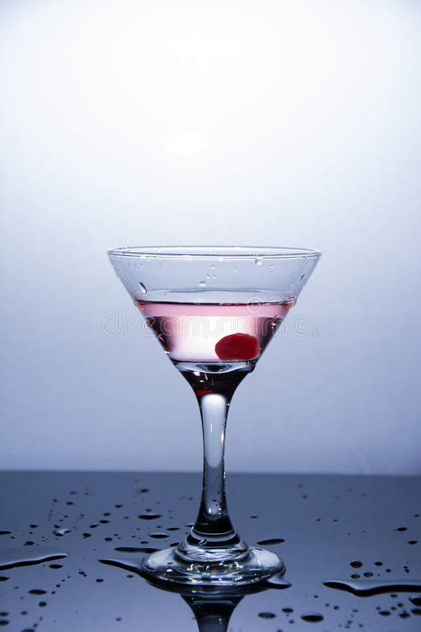 Kop van wodka op witte achtergrond royalty-vrije stock afbeelding