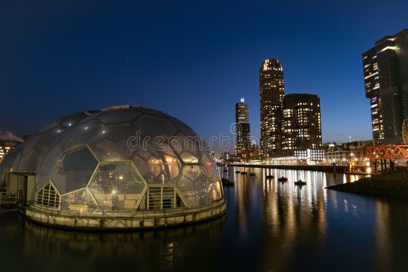 Kop van Zuid, el horizonte de Rotterdam en la hora azul fotografía de archivo libre de regalías