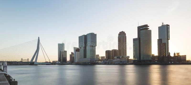 Kop van Zuid, Wilheminapier und Erasmusbridge bei Sonnenaufgang lizenzfreie stockfotografie