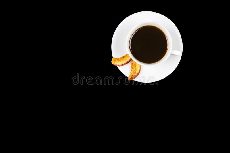 Kop van zwarte die koffie op zwarte achtergrond wordt geïsoleerd Spot omhoog Kop van Zwarte Koffie in Witte Ceramische Kop op pla stock afbeelding