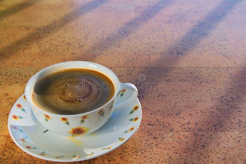 Kop van zwarte koffie in de ochtend royalty-vrije stock afbeeldingen