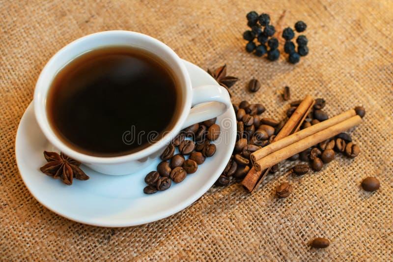 Kop van zwarte koffie op juteachtergrond royalty-vrije stock fotografie