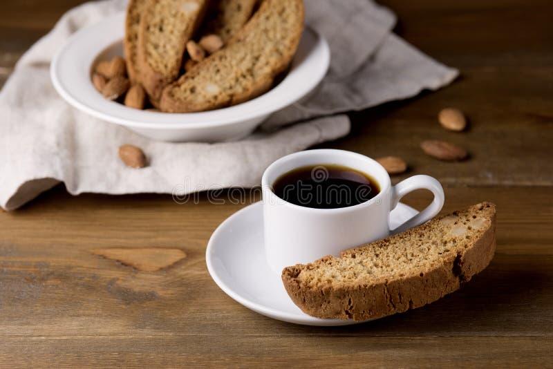 Kop van Zwarte Koffieespresso met van Cantuccini Biscotti Rustieke Houten Italiaanse Koekjes Als achtergrond stock fotografie