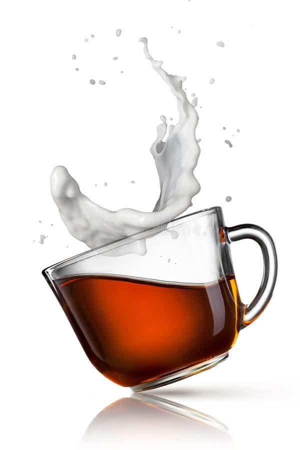 Kop van zwarte thee met melk plons royalty-vrije stock fotografie