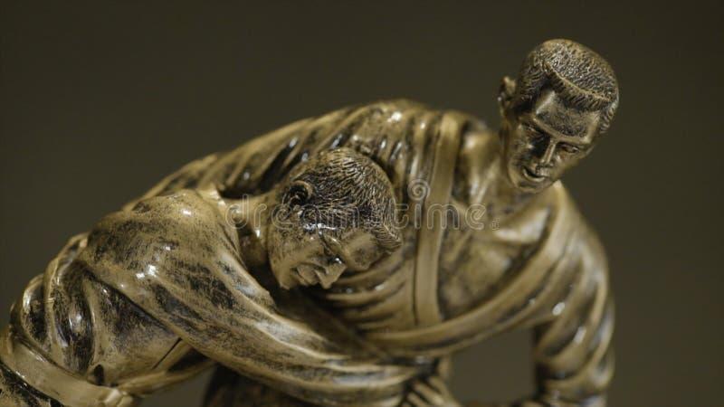 Kop voor een overwinning in het judokampioenschap Kop voor sportieve voltooiing De trofee vertegenwoordigt twee mensen in het spa royalty-vrije stock afbeeldingen