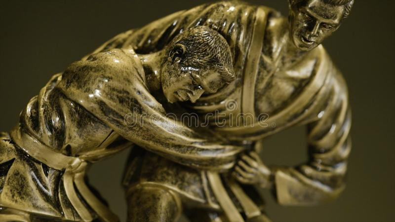 Kop voor een overwinning in het judokampioenschap Kop voor sportieve voltooiing De trofee vertegenwoordigt twee mensen in het spa stock foto's