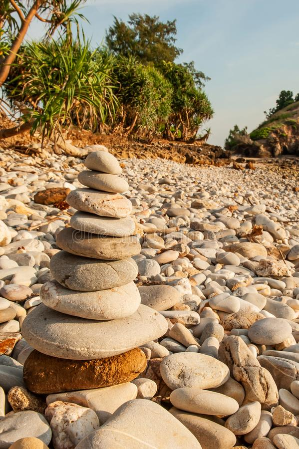 Kopa zen medytacja, kamienie balansuje na kamień plaży, tropikalnych drzewach i góry zamazujących tło, Lanta wyspa, Tajlandia obrazy royalty free