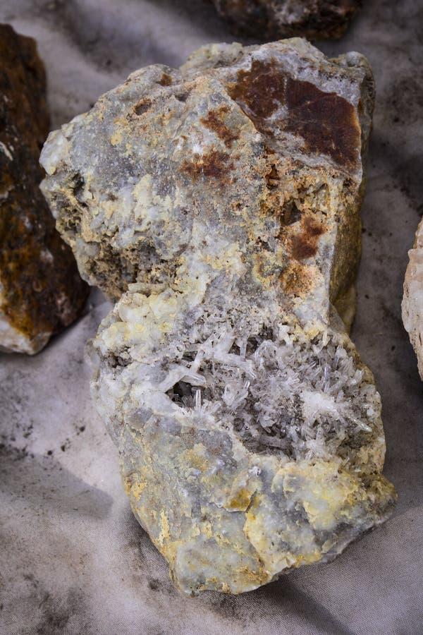 Kopaliny Wielkie Skalistych gór Piękne żyły Kwarcowi kryształy obraz royalty free