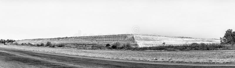 Kopalniany usyp blisko Welkom w Bezpłatnej stan prowincji monochrom fotografia royalty free