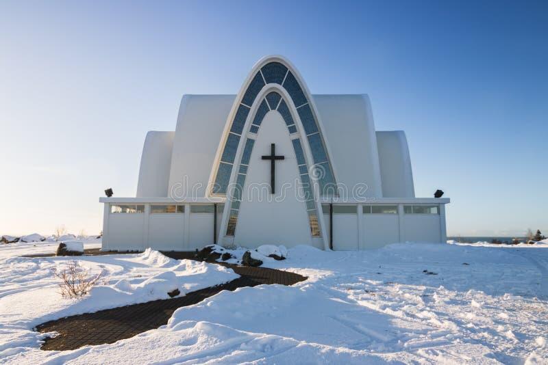 Kopavogskirkya-Kirche auf einem Hügel lizenzfreie stockfotografie