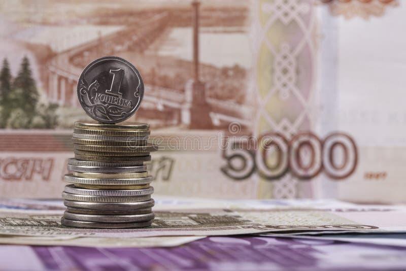 Kopeck russe de pièce de monnaie sur le fond du billet de banque de rouble image libre de droits