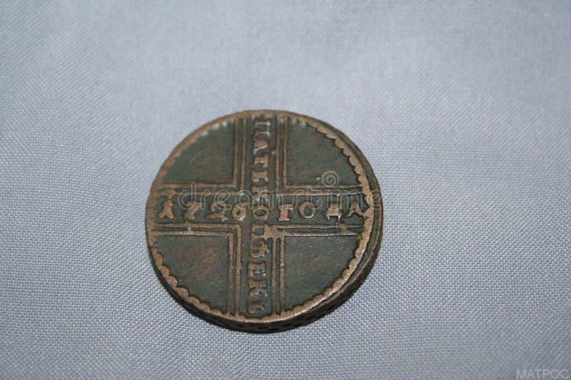 5 kopecks em 1726 minted durante o reino da imperatriz Catherine I nos círculos de cobre com um diâmetro de 30 milímetros foto de stock royalty free