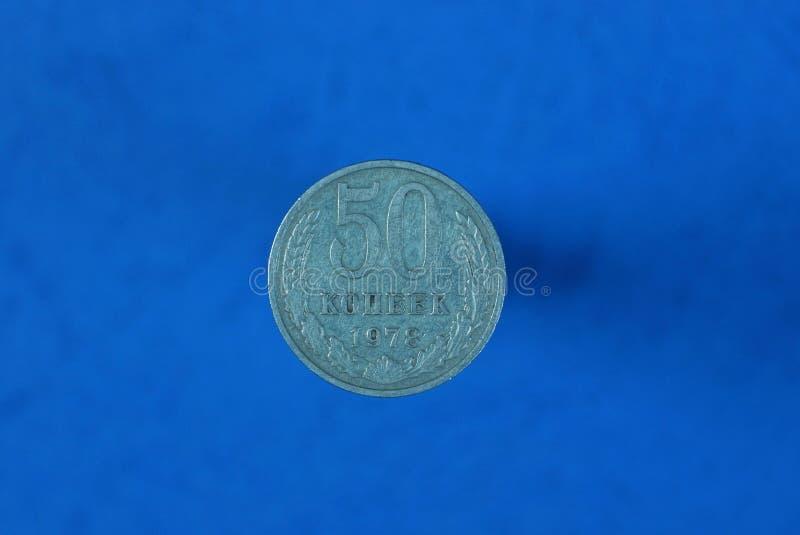 kopecks sovietici bianchi della moneta cinquanta su fondo blu fotografie stock