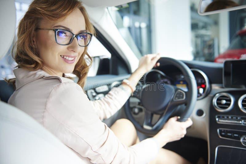 Kopende nieuwe auto royalty-vrije stock afbeelding
