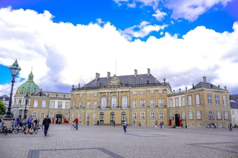 KOPENHAGA, DANI: Amalienborg pałac, dom Duńska rodzina królewska lokalizować w Kopenhaga, Dani obraz stock