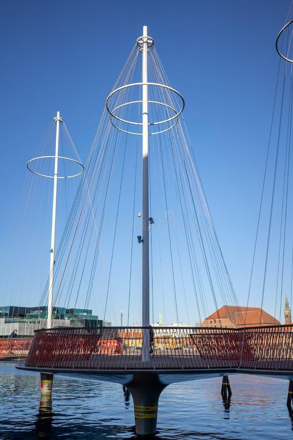 Kopenhaga Dani, Kwiecień, - 1, 2019: Cirkelbroen most przy Kopenhaga na słonecznym dniu, zdjęcia stock