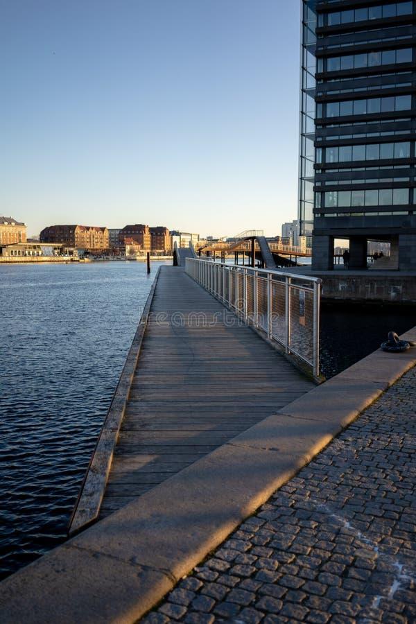 Kopenhaga Dani, Kwiecień, - 1, 2019: Kalvobod most który jest nowożytnym strukturą obrazy royalty free