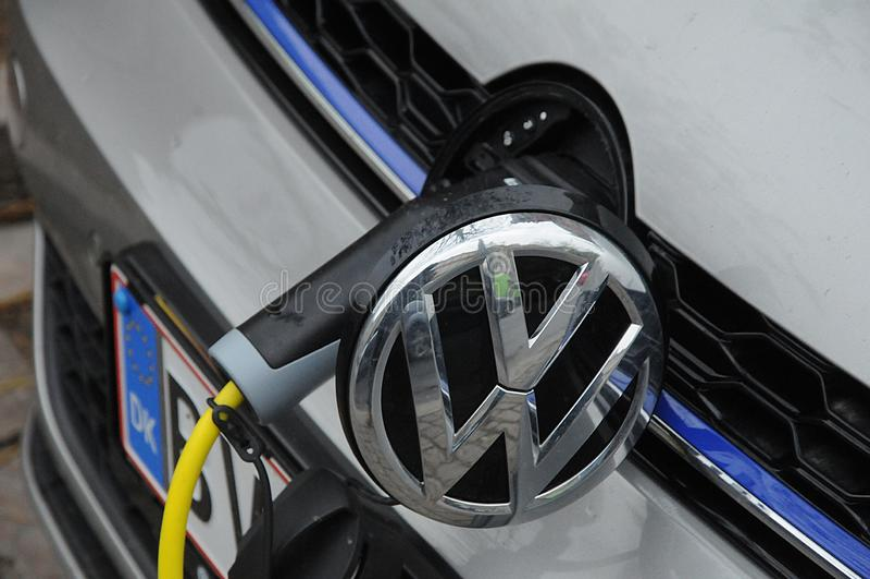 Kopenhaga, Dani 13/ Listopad 2018 Niemiecki samochodu VW Volks Wagen elektryczny samochód przy ładuje punktem w Kopenhaga Dani fo obrazy stock