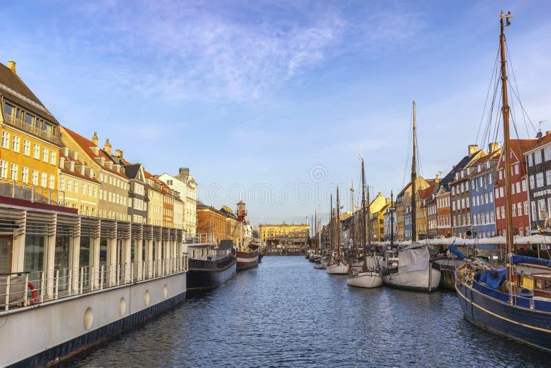 Kopenhaga Dani miasta linia horyzontu przy Nyhavn schronieniem zdjęcia stock