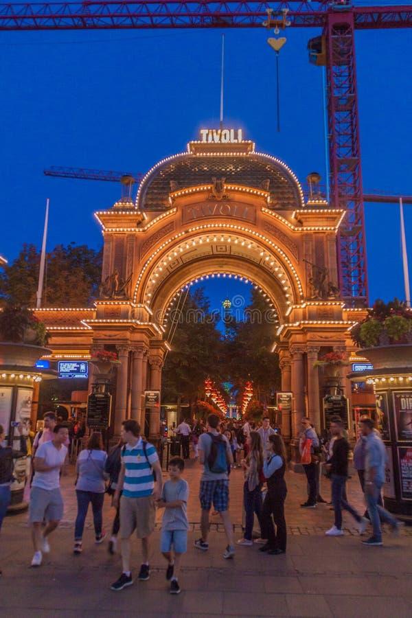 KOPENHAGA DANI, SIERPIEŃ, - 27, 2016: Wieczór widok wejście Tivoli ogródy, sławny park rozrywki i obrazy stock