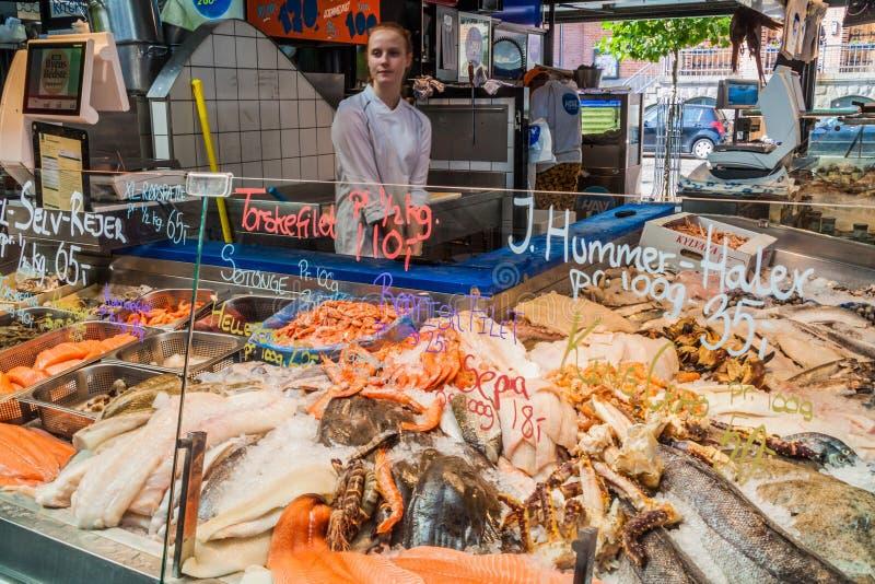 KOPENHAGEN, DÄNEMARK - 28. AUGUST 2016: Meeresfrüchtestall inTorvehallerne Innennahrungsmittelmarkt in der Mitte von Copenhage lizenzfreie stockfotografie