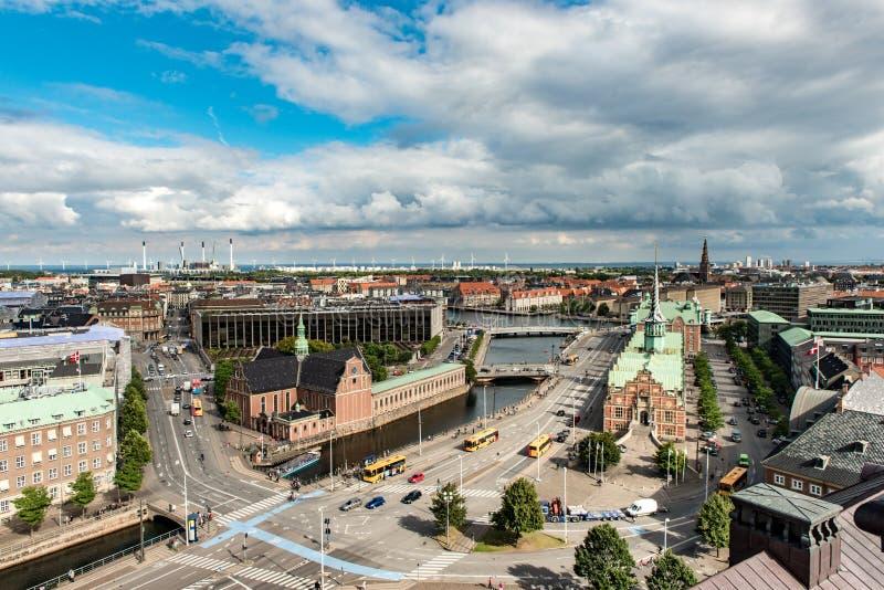 KOPENHAGEN, DÄNEMARK - 25. AUGUST 2015: Parlaments-Palast in Börse Kopenhagens und Bosen des 17. Jahrhunderts in der Mitte von Co stockbilder