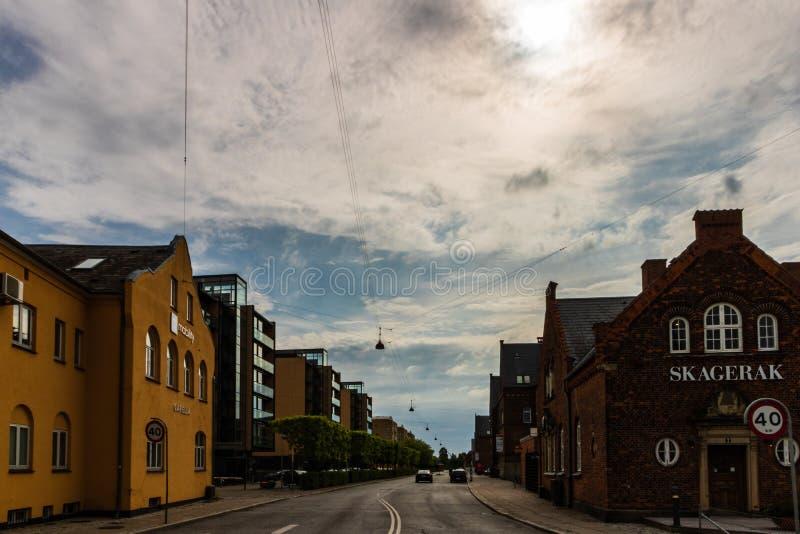 Kopenhagen, Dänemark - 2019 Berühmte Straßen mit bunten Gebäuden in Kopenhagens alter historischer Mitte dänemark stockbilder