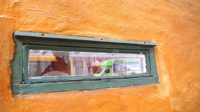 KOPENHAGEN, DÄNEMARK - 06. JUL, 2015: Detail eines Holzfensters im Nyboders Mindstuer Museum - gelbe Geschichte stockbilder