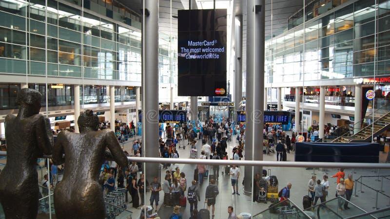 KOPENHAGEN, DÄNEMARK - 06. JUL, 2015: Inneres des Flughafens Kastrup mit Check-in-Schalter und Passagieren, Kopenhagen lizenzfreies stockfoto