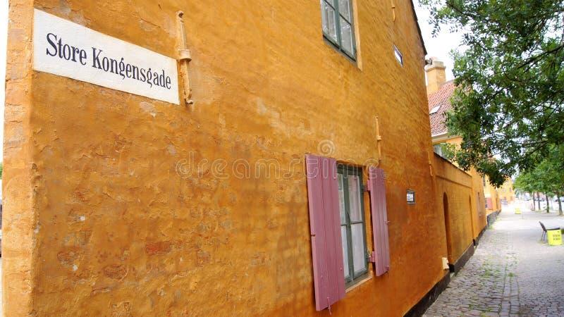 KOPENHAGEN, DÄNEMARK - 06. JUL, 2015: Nyboders Mindstuer Museum - gelbe historische Gebäude in der Altstadt von Kopenhagen stockfotografie