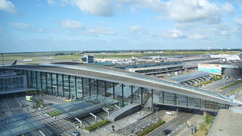 KOPENHAGEN, DÄNEMARK - 05. JUL, 2015: Terminal-Gebäude mit Flugzeugen Parkplatz am Tor, Außenansicht stockbild