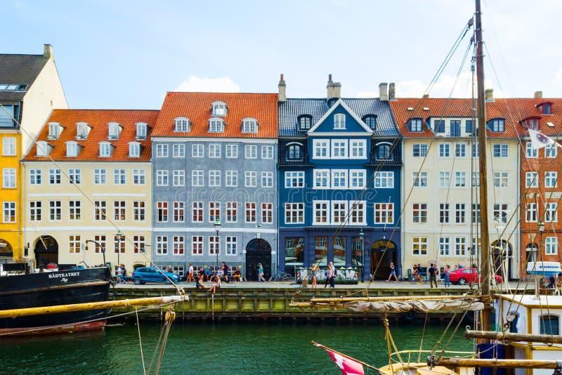 Kopenhagen, Dänemark - 11. Juli 2018 Straßen von Kopenhagen Schöne bunte Häuser auf dem Kanal Nyhaven Der Kremlin wird im Fluss r lizenzfreie stockfotos