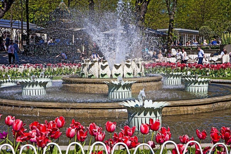 Kopenhagen, Dänemark - Tivoli-Gärten: Brunnen und schöne Blumen stockfotografie