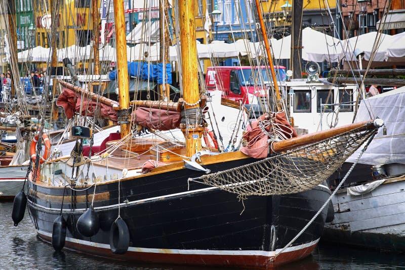 KOPENHAGEN, DENEMARKEN - AUGUSTUS 15, 2016: Boten in de dokken Nyhavn royalty-vrije stock foto