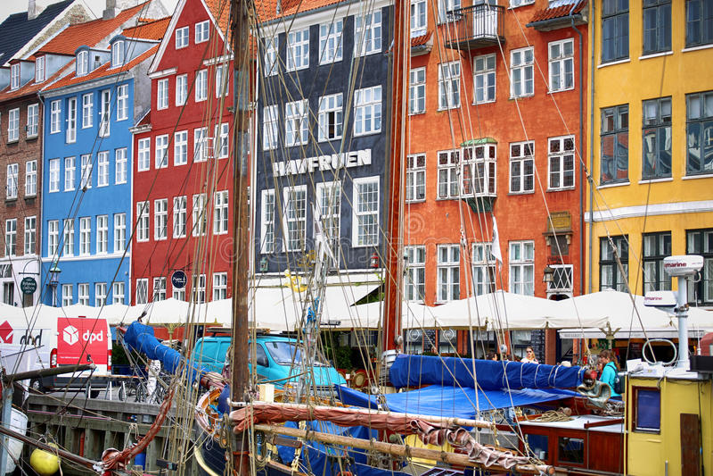 KOPENHAGEN, DENEMARKEN - AUGUSTUS 15, 2016: Boten in de dokken Nyhavn stock afbeelding