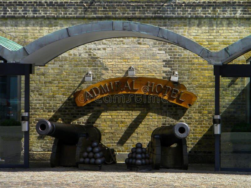 KOPENHAGEN, DENEMARKEN - JULI 24, 2009 - Embleem en twee kanonnen bij stock fotografie