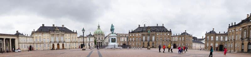 KOPENHAGEN, DENEMARKEN - MEI 31, 2017: Het vierkant van Amalienborgslotsplads met een monumentaal ruiterstandbeeld van de stichte royalty-vrije stock foto's